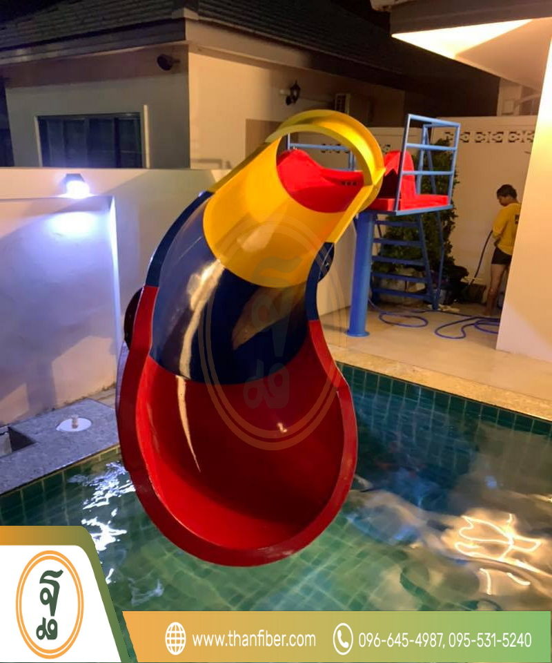 เครื่องเล่นสไลเดอร์หลากสีสุดฮอตติดสระว่ายน้ำ