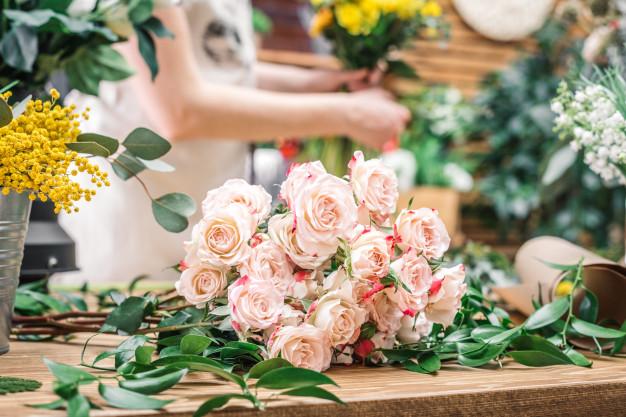 พวงหรีดดอกไม้สดสวย ๆ สื่อความอาลัยอย่างสุดซึ้ง