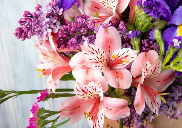 พวงหรีดและพวงหรีดดอกไม้สดในยุดแรกเริ่ม